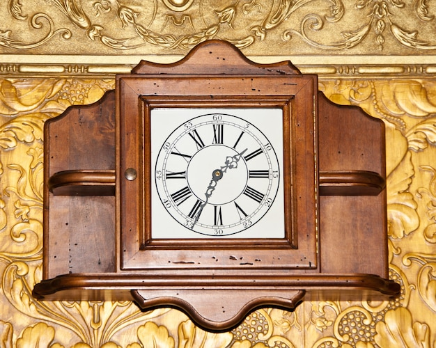Grote vintage houten klok aan de muur