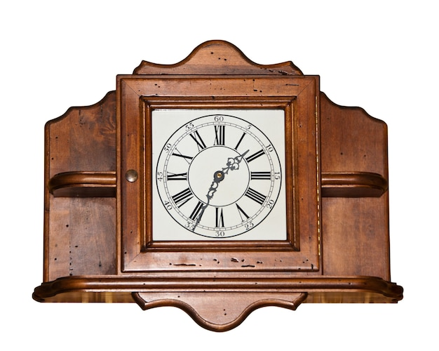 Grote vintage houten klok op wit wordt geïsoleerd