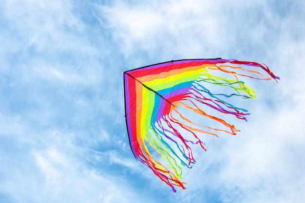 Grote vlieger vliegen op blauwe hemel met witte wolken in de zomer