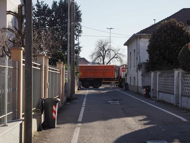 Grote vrachtwagen aan het einde van de weg