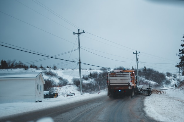 Grote vrachtwagen rijden op besneeuwde weg