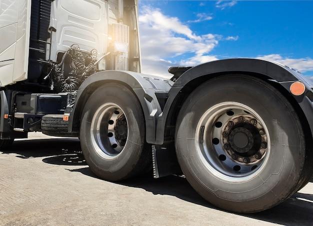 Grote vrachtwagenbanden van semi-vrachtwagen, vrachtwagentransport.