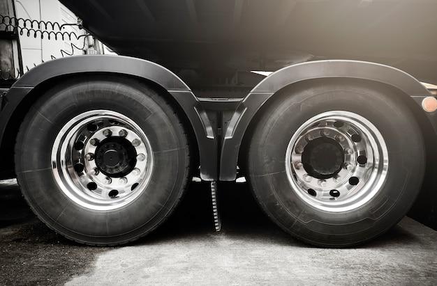 Grote vrachtwagenwielen en banden van semi-vrachtwagen. vrachtvervoer.