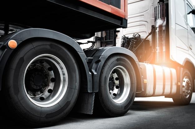 Grote vrachtwagenwielen van semi-vrachtwagen. vrachtvervoer over de weg.