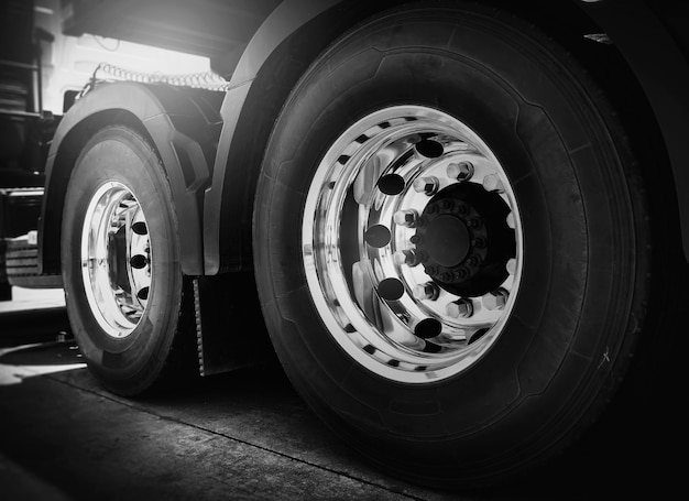 Grote vrachtwagenwielen van semi-vrachtwagen.