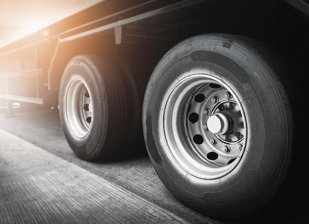Grote vrachtwagenwielen van vrachtwagen met aanhanger. vrachtvervoer.