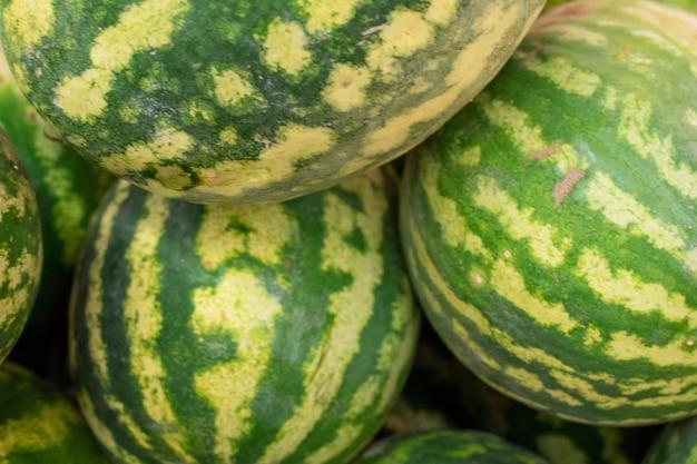Grote watermeloenen, in een doos, in een supermarkt. voor welk doel dan ook.