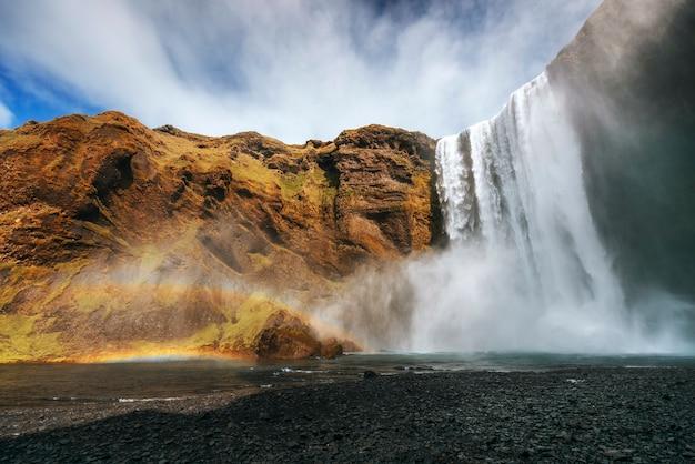 Grote waterval skogafoss in het zuiden van ijsland in de buurt