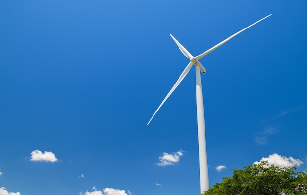 Grote windmolens voor stroomproductie op blauwe hemel