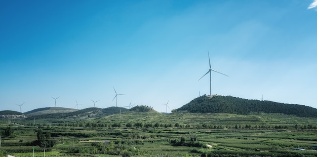 Grote windturbine bovenop de berg