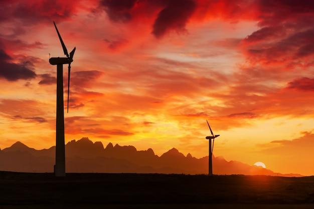 Grote windturbines in de woestijn bij zonsondergang achtergrond.