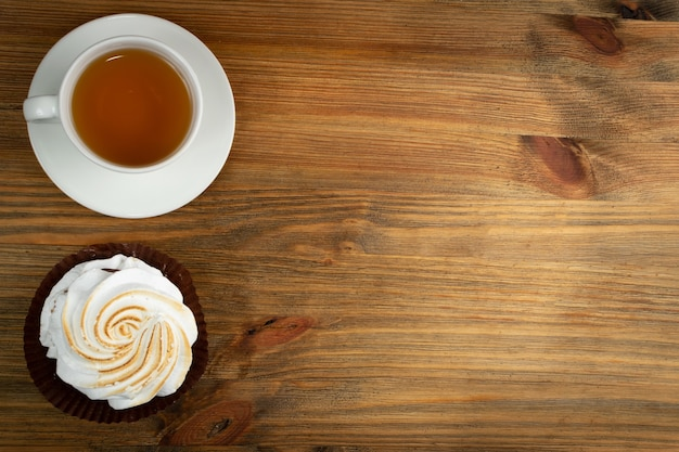 Grote witte meringue cookie mockup bovenaanzicht. traditionele zelfgemaakte garde merengues op hout achtergrond met kopieerruimte, gebakken slagroom mock up of beze koken receptsjabloon