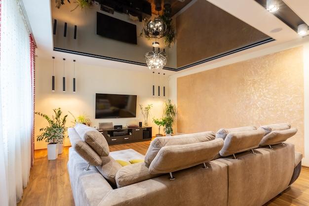Grote woonkamer, in een moderne luxe stijl, met grote ramen en ander meubilair