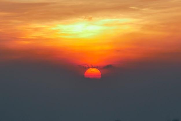Grote zonsondergang in de zomer
