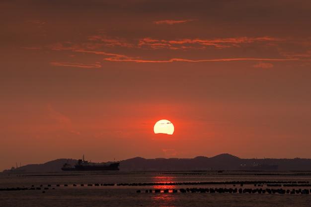 Grote zonsonderganghemel op het strand in de zomer