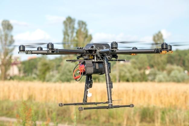 Grote zwarte zelfgemaakte krachtige hexacopter op een achtergrond van blauwe hemel, close-up.
