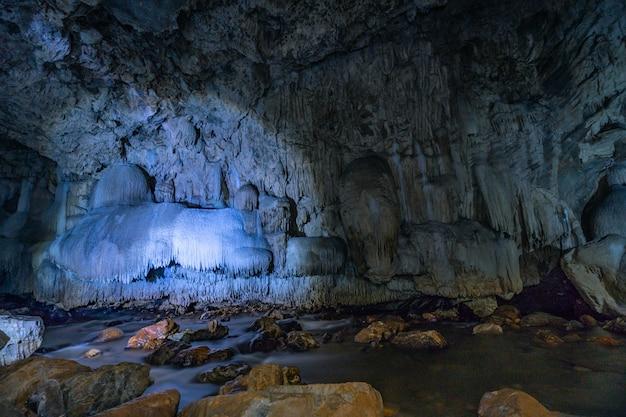 Grotpassage met prachtige stalactieten in thailand (tanlodnoi-grot)