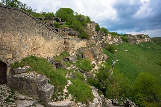 Grotstad tepe-kerman op de krim. de oude stad tussen de rotsen op de achtergrond van een bergketen
