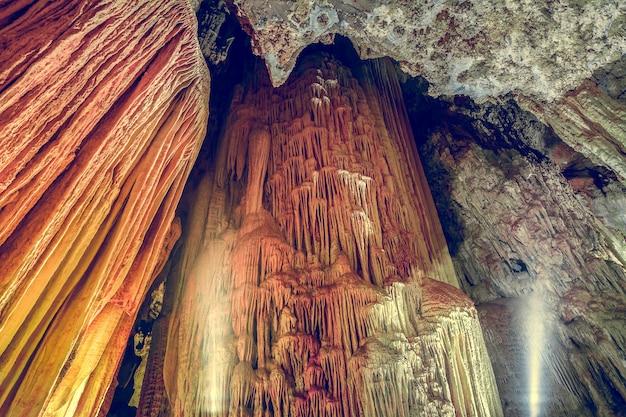 Grotstalactieten en stalagmieten