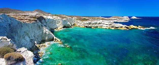 Grotten en rotsformaties aan zee in kleftiko-gebied op het eiland milos, griekenland