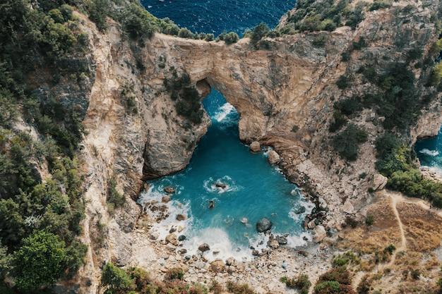 Grotten en zee op het gebied van alanya, turkije