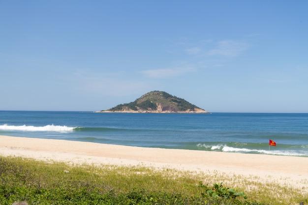 Grumari-strand aan de westkant van rio de janeiro, brazilië.