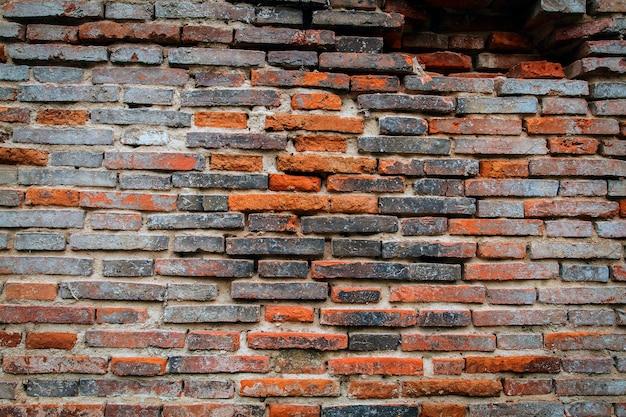 Grunge achtergrond, rode bakstenen muur textuur heldere gips muur en blokken weg stoep verlaten ext