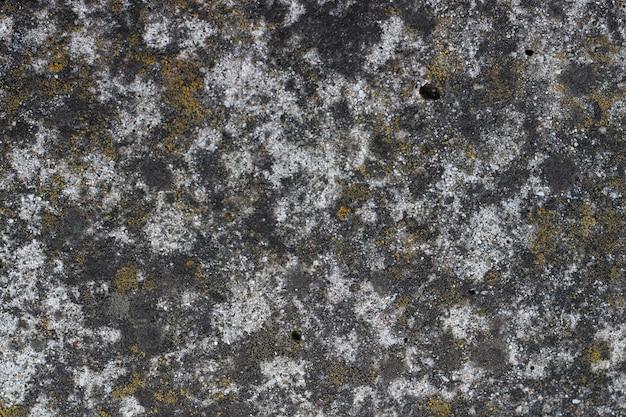 Grunge muur textuur achtergrond. verf kraken van donkere muur met roest en mos onderaan.