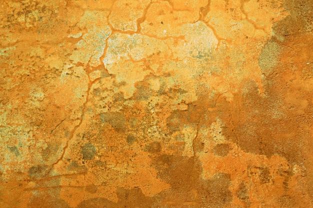 Grungy oker muur met scheuren