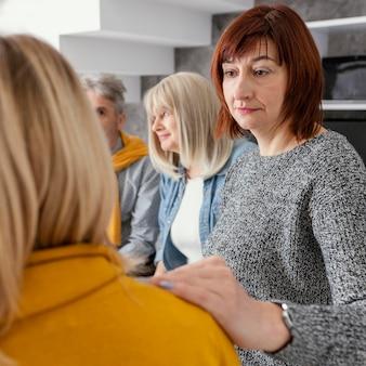 Grup-therapie troostende vrouw