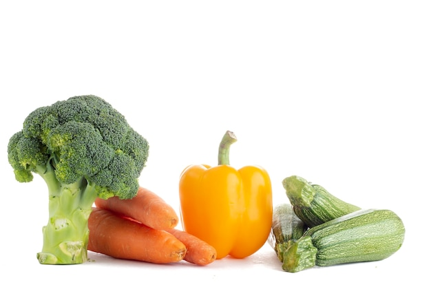 Grupo de verduras de diferentes tipos y colores sobre fondo blanco