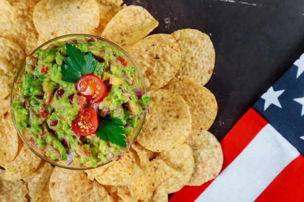 Guacamole en salsa met doritos nachos-chips