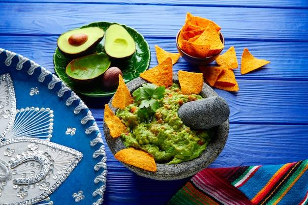 Guacamole met nacho's in mexicaanse molcajete