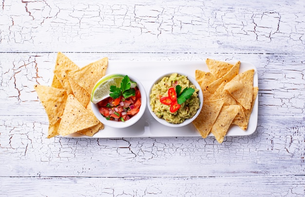 Guacamole, tomatensaus salsa en chips nacho's