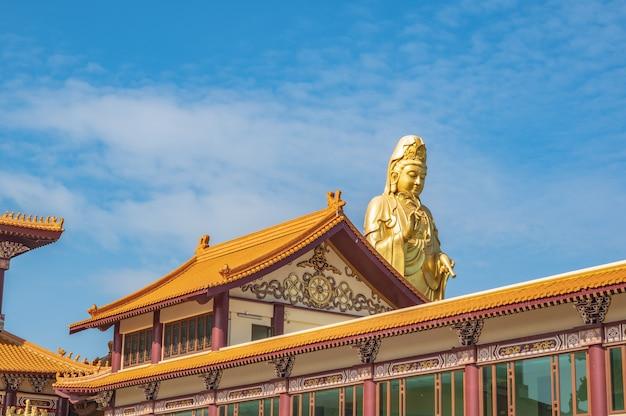 Guanyin-goddress met tempeldak en mooie hemel bij foguangshan thaihua-tempel thailand. fo guang shan is een van de vier grote boeddhistische organisaties in taiwan