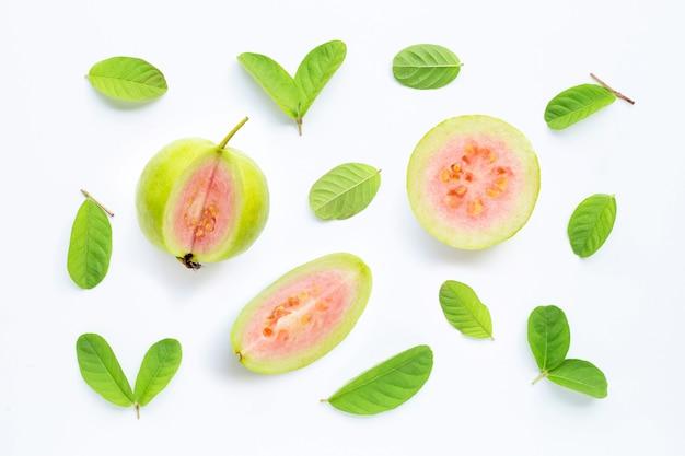 Guave met bladeren op witte achtergrond.