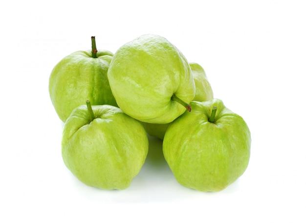 Guavefruit op een wit wordt geïsoleerd dat