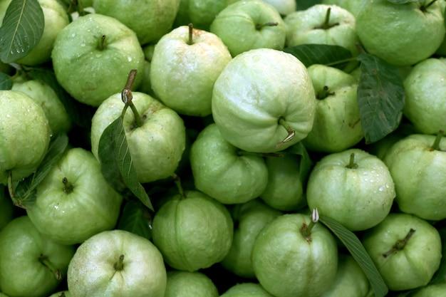 Guavefruit vers voor guavesap op de achtergrond, guave die schoon voedsel op dieet is, biologische guave