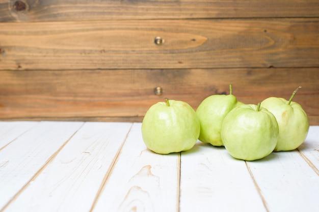 Guaves op witte houten tafel.