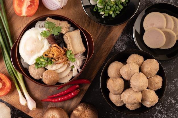 Guay jap, gehaktballen, vietnamese varkensworst en een gebakken ei, thais eten.