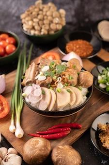 Guay jap, gehaktballen, vietnamese varkensworst en varkensbot, thais eten.