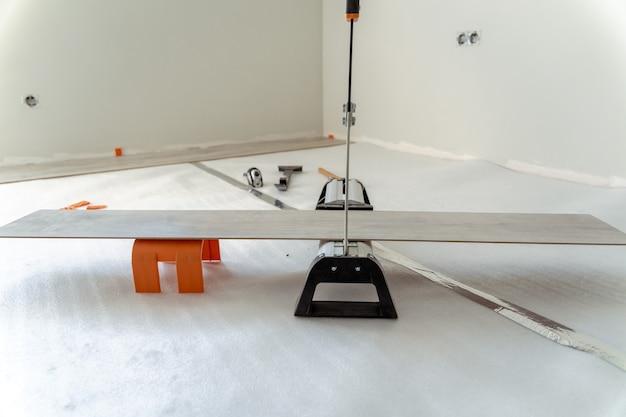 Guillotine om het laminaat van de houten vloer te snijden
