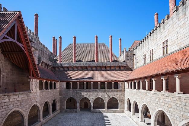 Guimaraes, portugal - juli 11: binnen het paleis van de hertogen van braganza op 11 juli 2014 in guimaraes, portugal