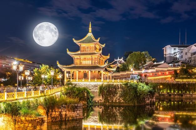 Guiyang china skyline bij jiaxiu pavilion op de nanming river