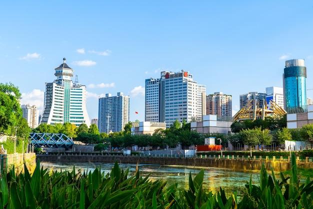 Guiyang stadslandschap, moderne hoge gebouwen en brug,