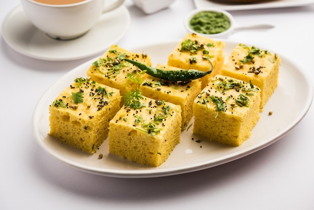 Gujarati khaman dhokla gemaakt met chana dal, geserveerd met groene chutney, selectieve focus