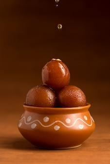 Gulab jamun in aarden pot. indiaas dessert of zoete schotel