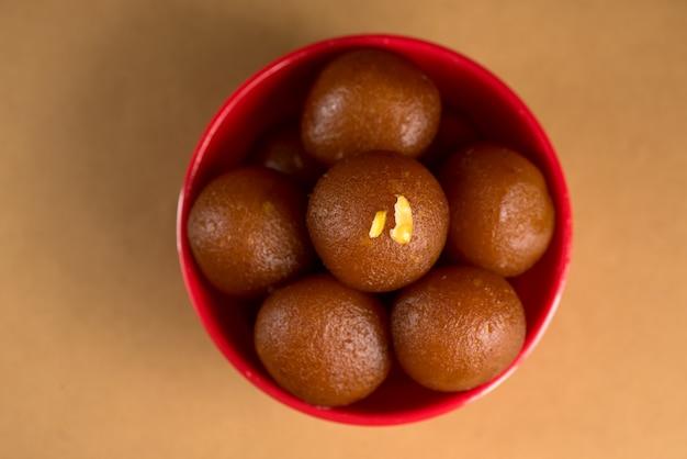 Gulab jamun in kom. indiaas dessert of zoete schotel.