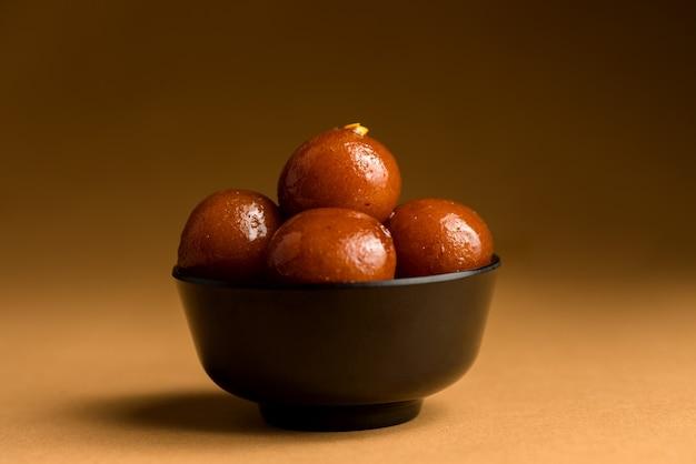 Gulab jamun in kom. indiase dessert of zoete schotel.