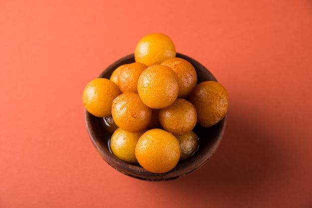 Gulab jamun, of gulaab jamun, is een op melk gebaseerde zoete mithai